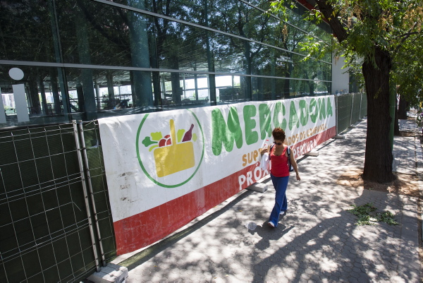 Imagen del anuncio de la apertura del supermercado en la rotonda del Carrefour Macarena, tomada hace justo un año. / J.M. Paisano