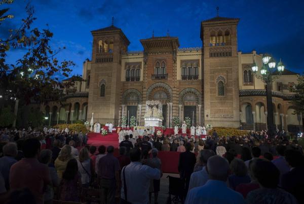 Anochecer durante la celebración de la misa estacional en la Plaza de América del Parque de María Luisa. / J.M.Paisano