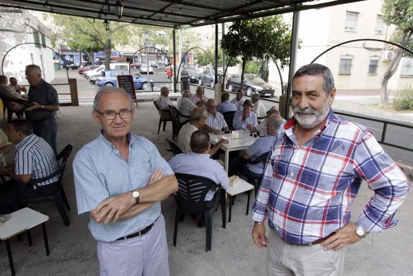 Miguel López y Paco Gómez, secretario y presidente de la asociación Doctor Antonio Cortés que ha promovido este homenaje a Juan Manuel Pozuelo. / José Luis Montero