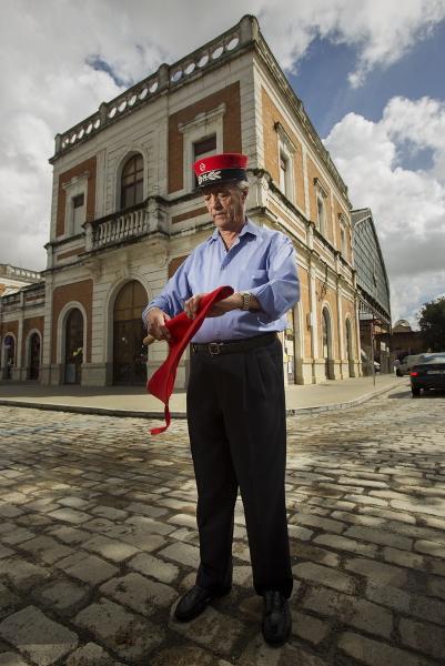 El último jefe de estación de San Bernardo, Adolfo del Corral, con algunos de sus recuerdos del trabajo. / Pepo Herrera