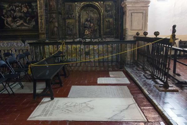 La zona donde cayó el cascote ha sido acordonada. / J.L. Montero
