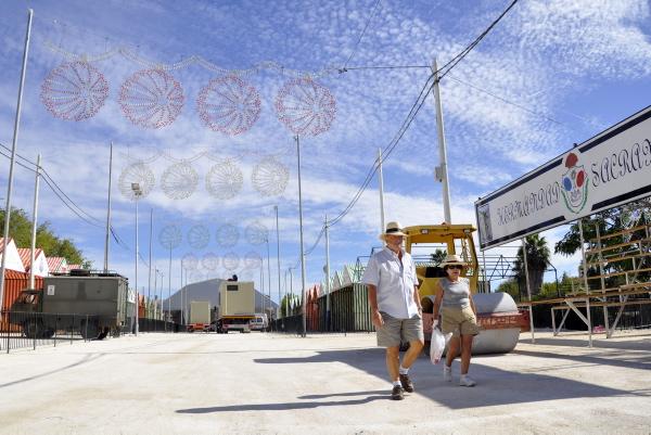 600_Imagen Dos vecinos paseando por la Feria de (16084136)