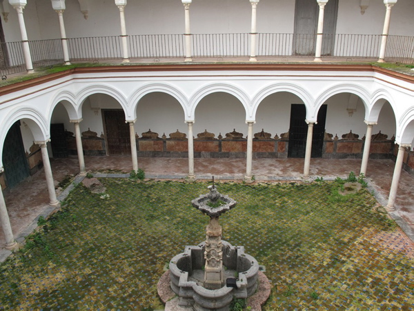 Patio interior del Palacio de Peñaflor, en notable estado de deterioro.