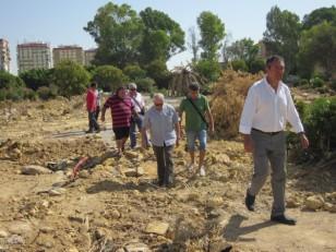 Juan Espadas junto a representantes vecinales comprueban el mal estado del solar de la residencia universitaria. /