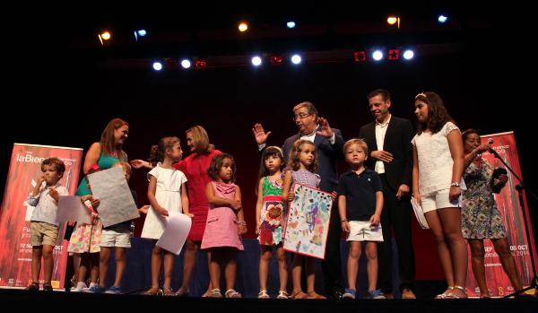 El alcalde asistió a la entrega de los premios del concurso de carteles infantiles de la Bienal en el Teatro Alameda. / Pepo Herrera