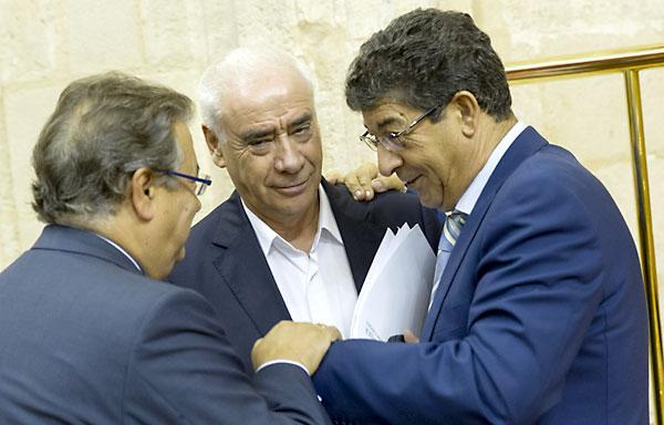 Alonso con Valderas y Zoido este miércoles en el Parlamento andaluz de Sevilla antes de informar en el pleno sobre el inicio del curso escolar . /  Julio Muñoz (EFE)