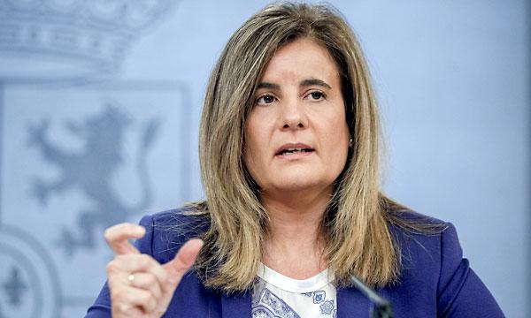 La ministra de Empleo y Seguirdad Social, Fátima Báñez, durante la rueda de prensa de este viernes. / EFE