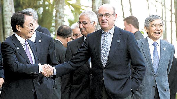 El ministro de Economía, Luis de Guindos, junto al titular de Finanzas de Japón, Taro Aso, en la cumbre del G20, en Cairns (Australia). / EFE