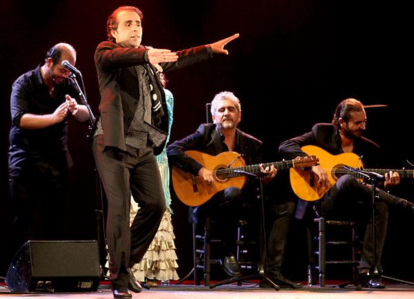 Pepe Torres, un bailaor de estampa clásica que emocionó en el hotel Triana. / Antonio Acedo