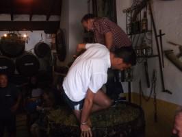 Manuel Castillo 'El Melli' y su hijo demostraron ayer cómo se elabora el mosto de forma tradicional con sus pisás.
