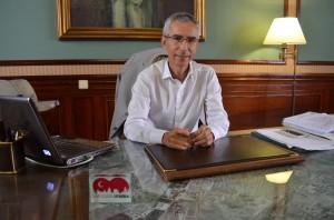 El alcalde de Utrera,Francisco Jiménez (PA) sentado en su despacho de Alcaldía en el Ayuntamiento. Foto: Salvador Criado