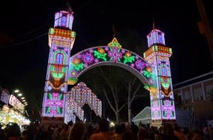 El Real de la Feria de Utrera se iluminó cuando el reloj marcó la medianoche. Foto: Salvador Criado