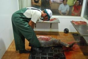 Daniel López realiza el despiece del atún. Foto: Laura López