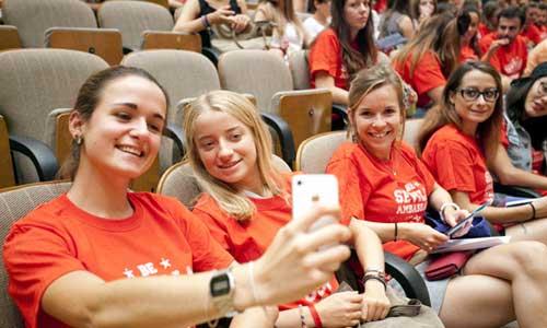 Un grupo de estudiantes extranjeras inmortalizan con sus móviles el acto de bienvenida de ayer rn la Universidad.