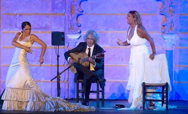 Esperanza Fernández cantándole a la buena bailaora Ana Morales. Fue uno de los momentos más flamencos. / J.M. Paisano