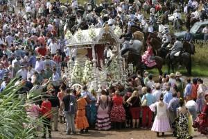El simpecado de la Divina Pastora, montado sobre su carreta de plata, transita hacia la aldea de Pajares.