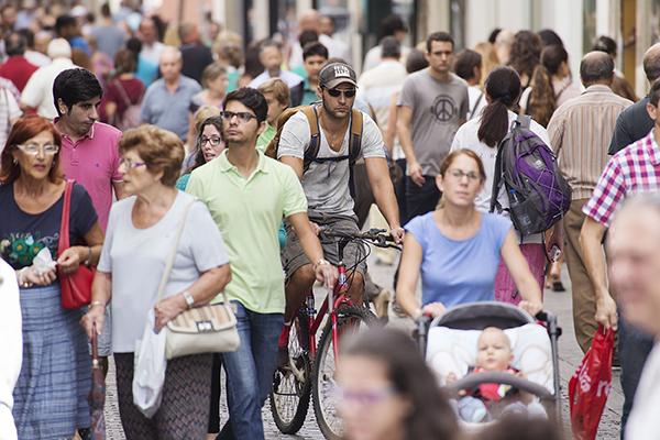 Mientras en el conjunto de España el número de peatones va a menos, en Sevilla el arte de gastar suelas vive sus mejores momentos. / Pepo Herrera