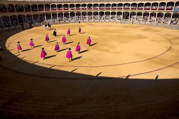 Vista del paseíllo durante la celebración de la LVIII Corrida Goyesca, en la Plaza de Toros de la Real Maestranza de Caballería de Ronda. / Jorge Zapata (EFE)