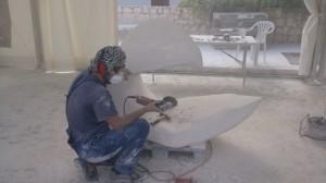 El artista valenciano, Antonio Samo, en pleno trabajo de la piedra caliza de Gilena. Foto: Helena Peña