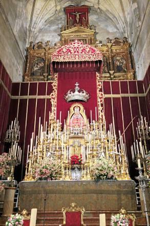 Altar montado en el retablo mayor de la Iglesia de Santa María para la Novena. Foto: E. G.