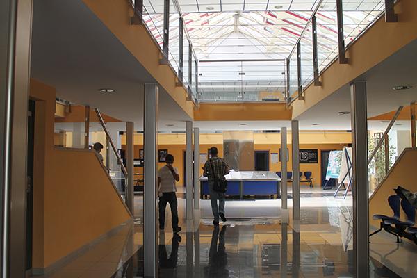 Trabajadores en la sede de la empresa pública Sedesa. / El Correo