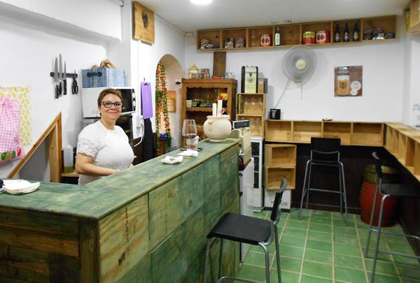 Ana Gamero, gerente de La Relojería nos presenta el nuevo aspecto del local. / Fotos: J.C.