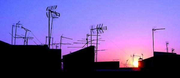 Todas las comunidades y propietarios de casas unifamiliares tienen que revisar sus antenas para saber si tienen que hacer cambios para ver la televisión. / Antonio Acedo