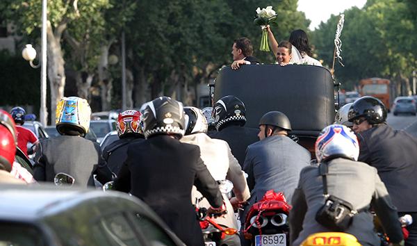 Un grupo de motoristas sigue a una pareja de recién casados que saludan desde un coche de caballos. / Gregorio Barrera