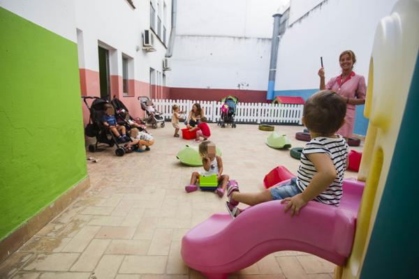 Las maestras hacen gala de su paciencia y acogen a los pequeños entre risas y juegos.