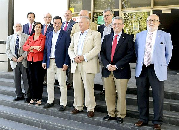 El presidente del PP andaluz, Juan Manuel Moreno, durante su reunión con el Consejo Andaluz de Colegios de Médicos. / Raúl Caro (EFE)