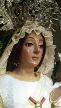 La Virgen, días antes del robo, con los pendientes y el escudo del centenario. Foto: A. .R