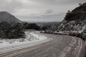 Coches atrapados por el temporal de nieve en una carretera de la Sierra Norte. Foto: A. T. Pineda