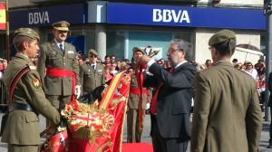 lcalde hace entrega de la corbata de la ciudad al estandarte del RAAA número 74. Foto: H. Peña
