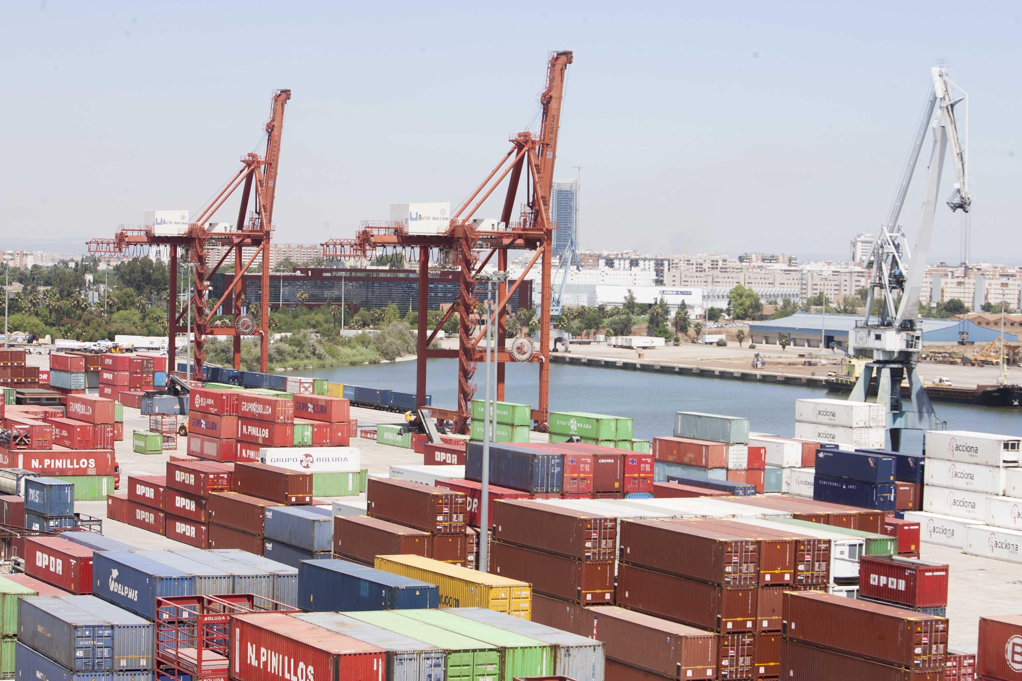 Instalaciones del Puerto para carga y descarga de contenedores. / J. M. PAISANO