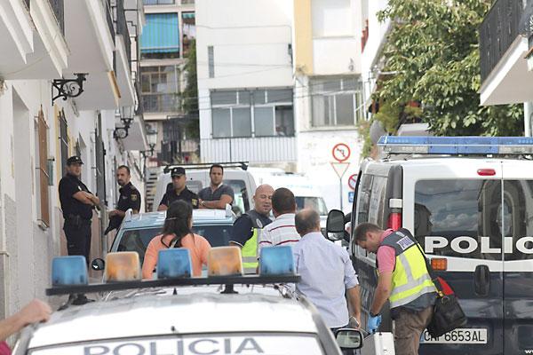 Agentes de la Policía Nacional en la entrada de la vivienda donde se han encontrado fallecidos al anciano y la mujer. / Maribel Chito (EFE)