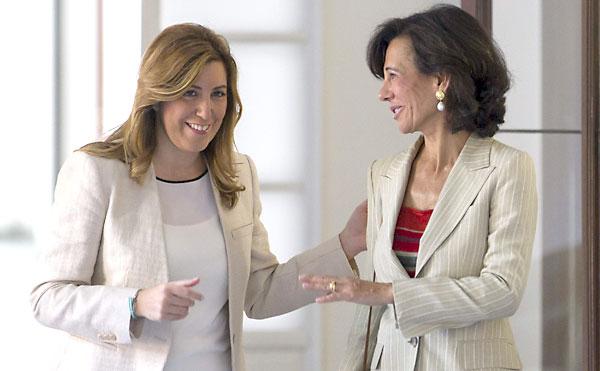 La presidenta de la Junta de Andalucía, Susana Díaz, y la presidenta del Banco de Santander, Ana Patricia Botín, posan al inicio de la reunión que han mantenido este viernes en el Palacio de San Telmo. / Julio Muñoz (EFE)