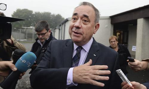 El ministro principal escocés, Alex Salmond, se dirige a los medios después de votar en el referéndum escocés.