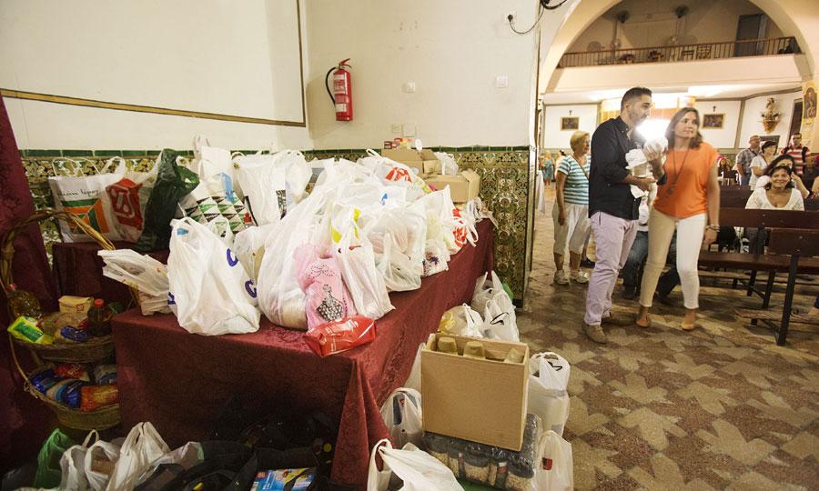 Banco de alimentos para los más necesitados al lado de la Virgen. / Pepo Herrera