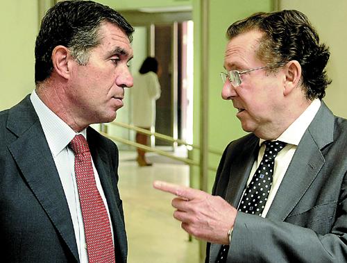 El presidente del TSJA, Lorenzo del Río, junto al consejero de Justicia, Emilio de Llera, ayer antes de reunirse. / Raúl Caro (EFE)