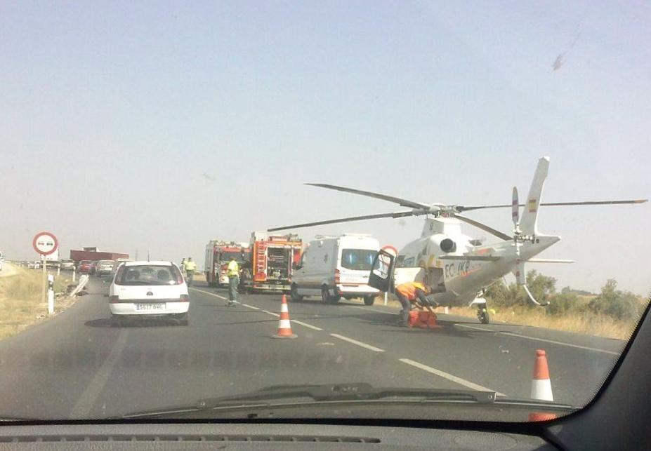 Un amplio dispositivo formado por bomberos, ambulancia y helicóptero acudió al kilómetro 562 de la N-IV.