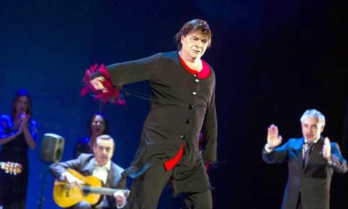 El trianero Antonio Canales brindó pases muy flamencos anoche en el Lope. / Carlos Hernandez