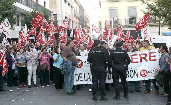 Una de las protestas de los trabajadores de la base de Morón. / Javier Díaz