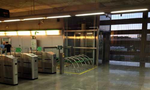 Aparcamientos para bici en la estación de metro de San Juan Alto. Foto: A Contramano.