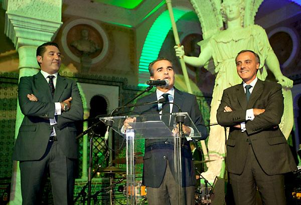 Rafael Herrador, director territorial de Caixabank en Andalucía Occidental, se dirige a los invitados en la Casa Pilatos. / El Correo