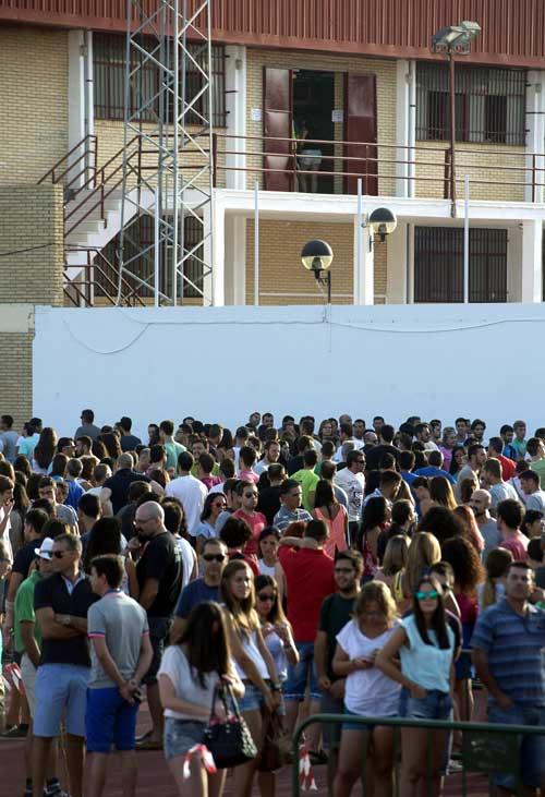 Cientos de personas hacen cola desde anoche ante el polideportivo municipal de Osuna. Foto. EFE
