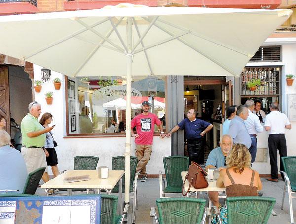 Terraza del bar El Corralón, en pleno corazón de Triana. / FOTOS: J.C.