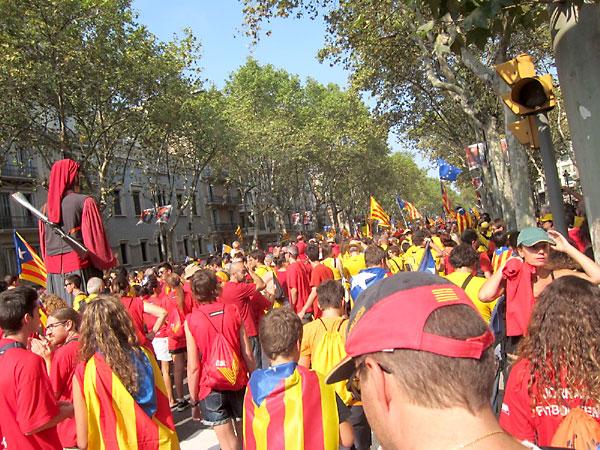Imagen de la manifestación y la 'V' formada en Barcelona. / EFE