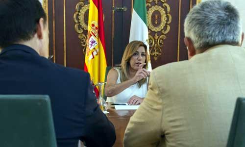 a presidenta de la Junta, Susana Díaz (c) y los rectores de las universidades públicas andaluzas al inicio de la reunión mantenida hoy en el Palacio de San Telmo. Foto: EFE
