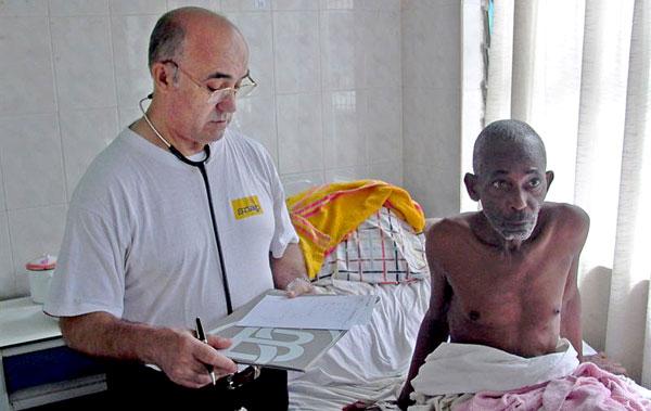 El hermano Manuel García Viejo en Lunsar (Sierra Leona)/ Orden Hospitalaria de San Juan de Dios.