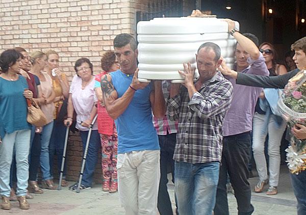Entierro de la menor fallecida en la feria de Maribáñez. / Foto: Álvaro Romero